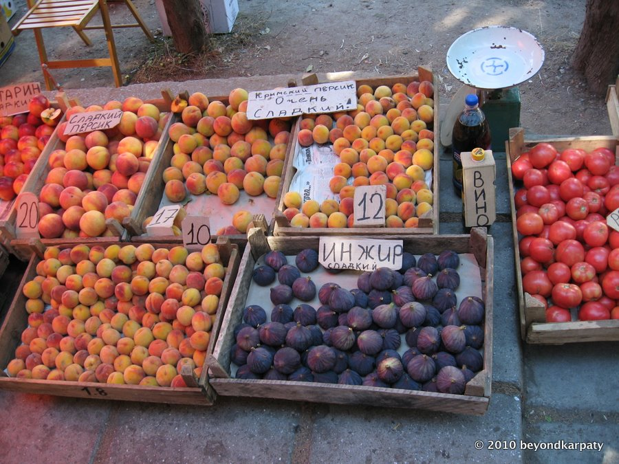 """Very sweet!"" peaches and large figs for sale (approx. $1.50-3.00 per kilo)."